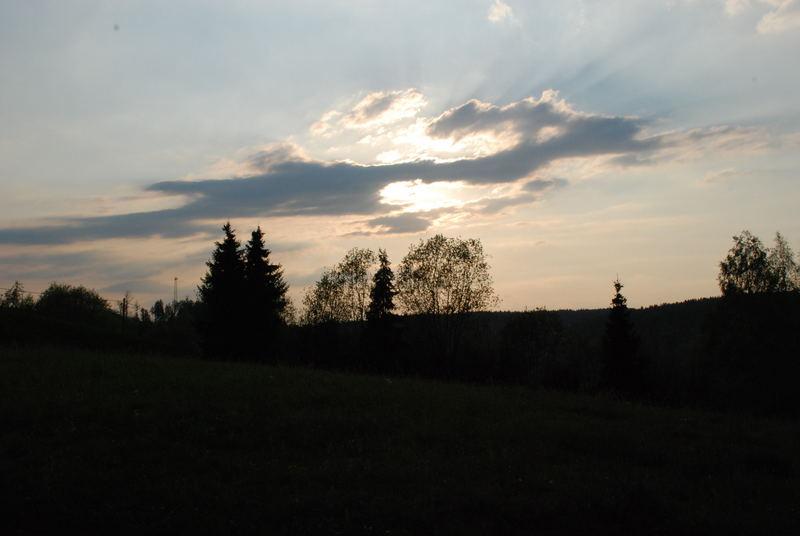 Die Sonne hinter dem Hügel