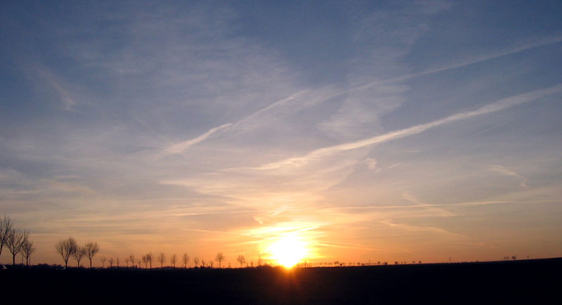 Die Sonne taucht ein in die Landschaft