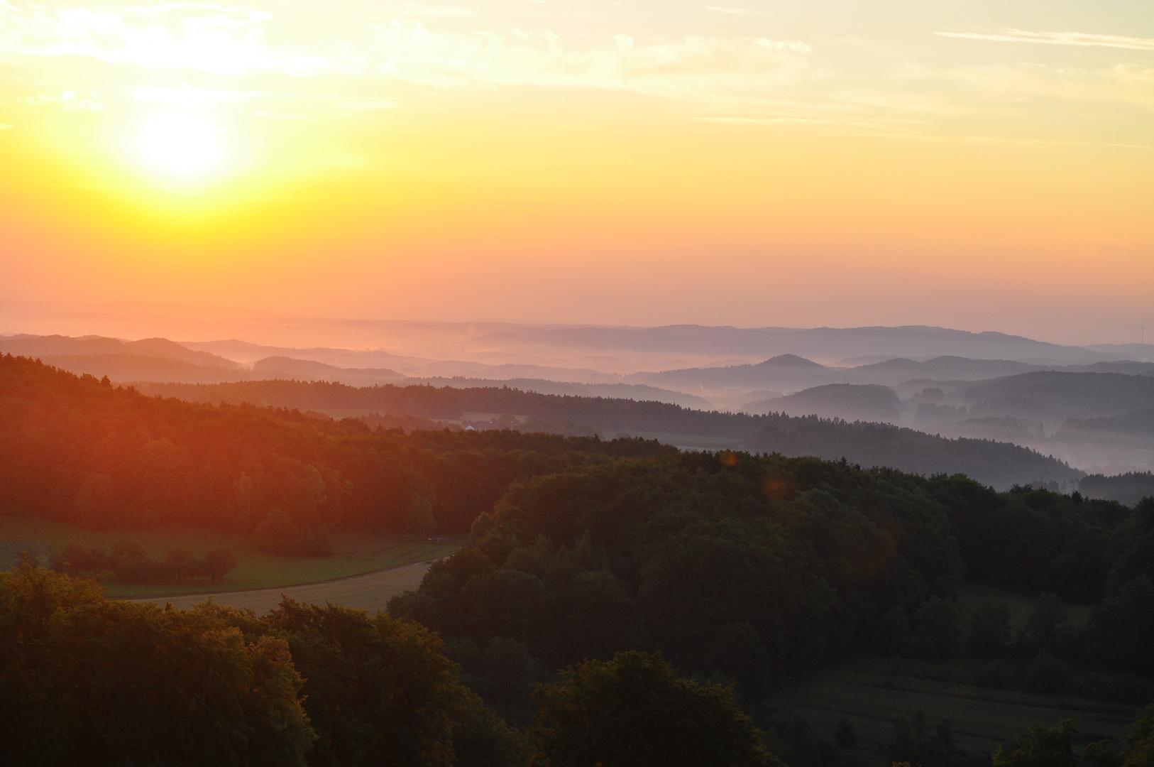 Die Sonne über der Burg Hohenstein