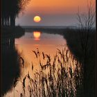 Die Sonne versinkt im Kanal.