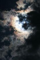 Die Sonne zwischen/hinter den Wolken