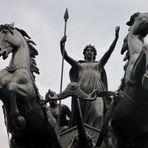 Die Statue der Boudicca und ihrer Töchter im Streitwagen in London