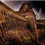 Die Staumauer am Moehnesee.