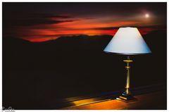 Die Stehlampe am Fenster