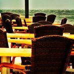 Die Stühle am Meer bleiben verwaist ...zu gross der Respekt vor der Bora