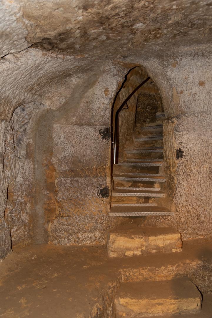 Die Treppe zum Ausgang aus einem Felsenkeller