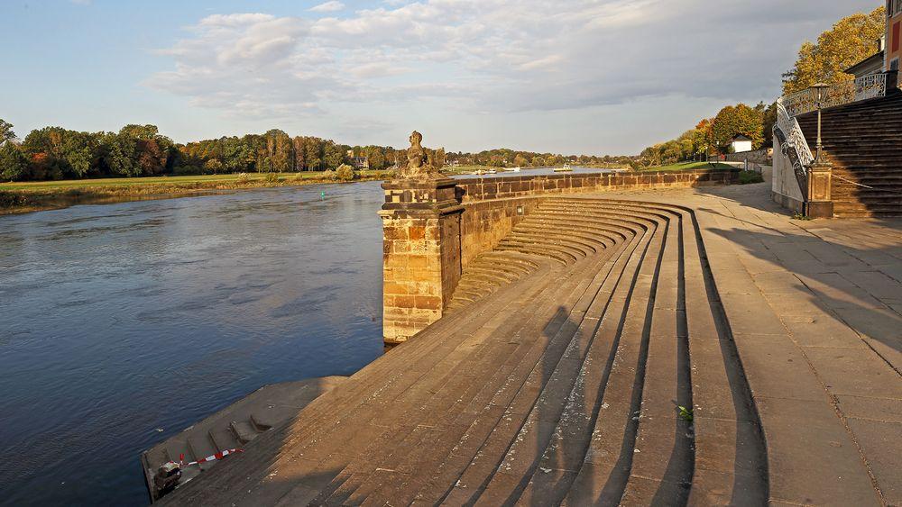 Die Treppen von Schloss Pillnitz direkt zur Elbe...