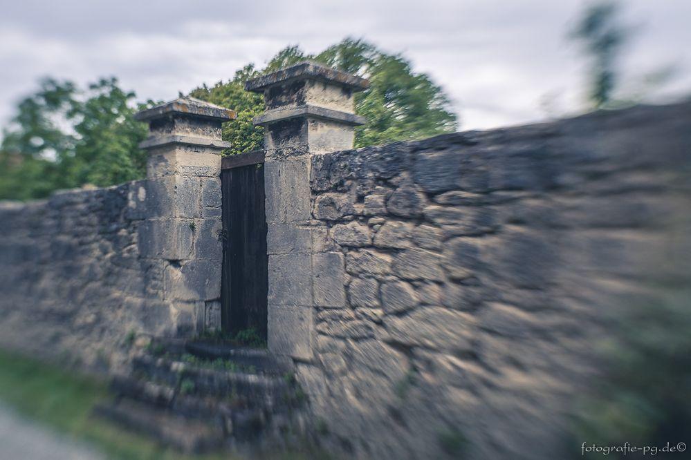 ... die Tür in der Mauer ...