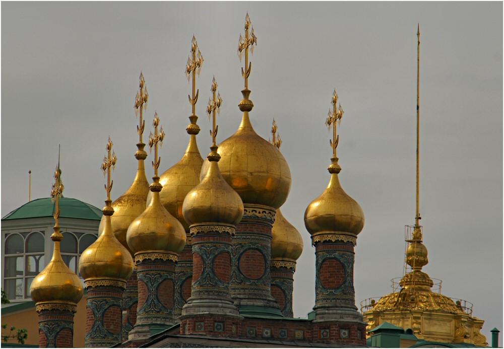 die Türme von der Wechospasski-Kathedrale im Kreml