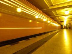 Die U-Bahn fährt ein am Rüdesheimer Platz