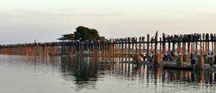 ...die U Bein Brücke bei Amarapura...