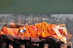 Die verstorbene Frau wird in Pashupatinah für die Verbrennung vorbereitet