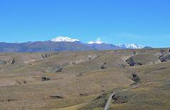 Die Vulkane Ampato (6288m), Sabancaya (5976m, Hualca Hualca (8025m) von links