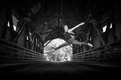 Die Wanderin und die Brücken am Fluss