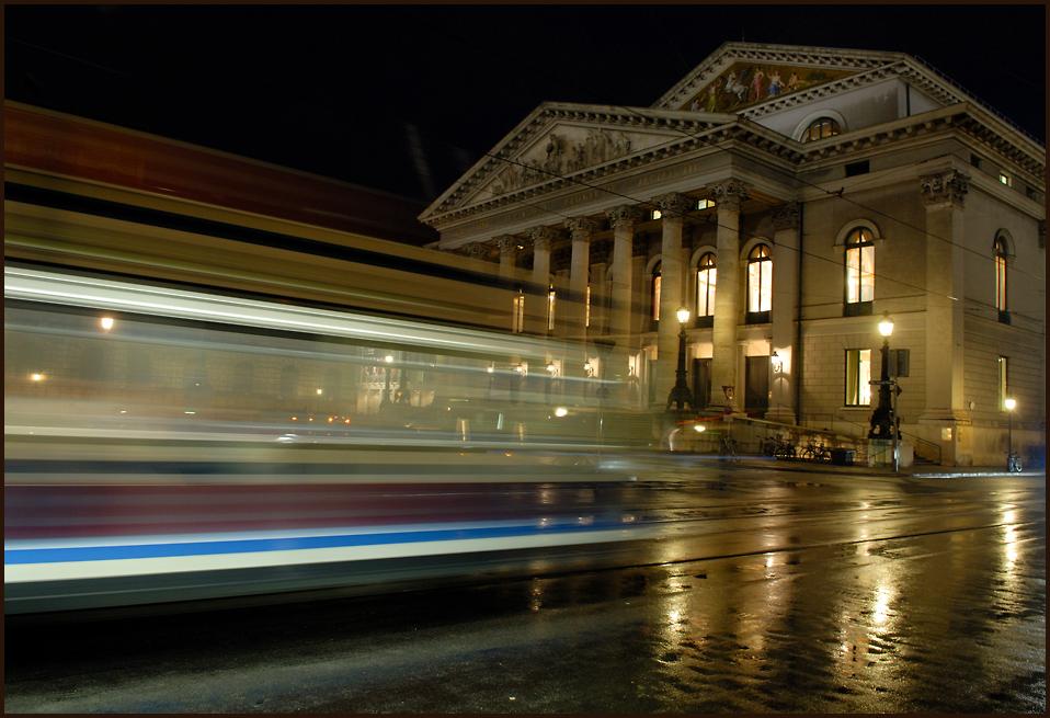 die weiss-blaue tram vor der oper 1