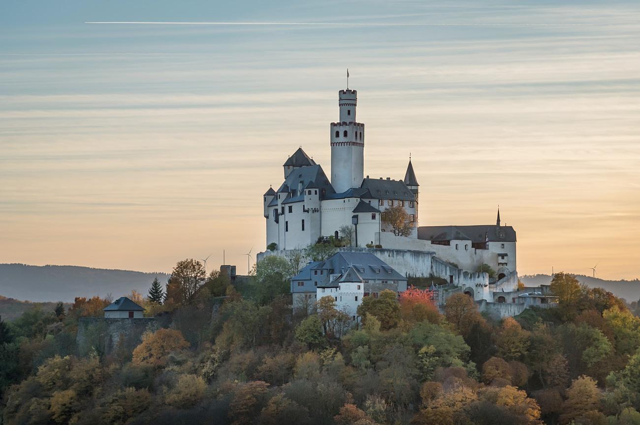 Die weiße Marksburg bei Braubach