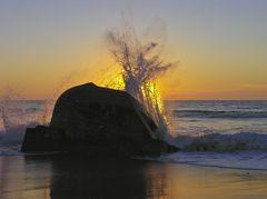 Die Wellen brechen sich in den Resten des Atlantikwalls