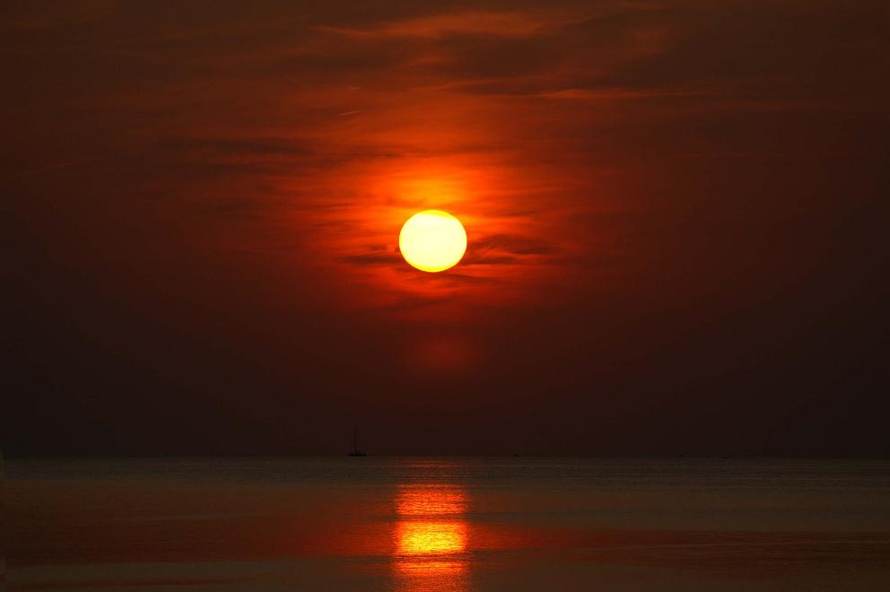 Die Welt In Rote Farbe Getaucht Foto Bild Sonnenuntergange