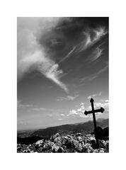 Die Welt kippt aber das Kreuz steht über allem?
