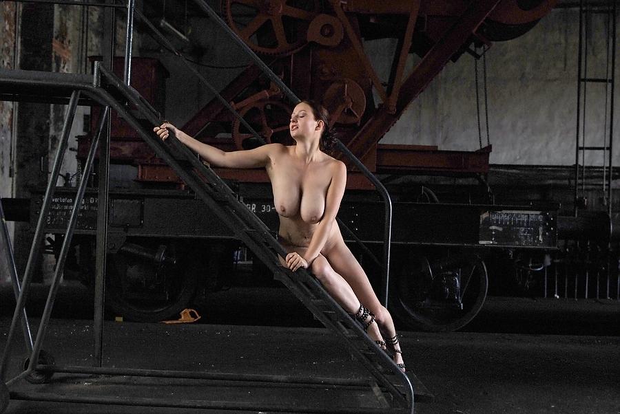 Die Werkstattleiterin auf der Treppe - ratlos