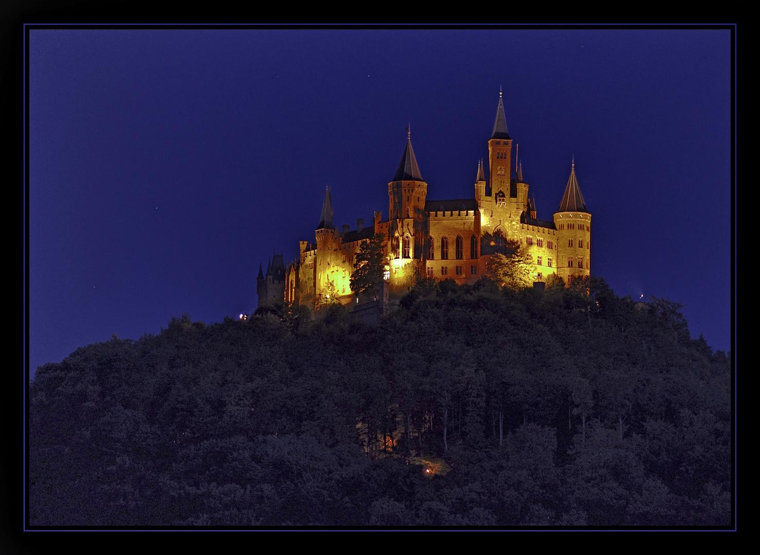 Die Westseite des Hohenzollern bei Nacht