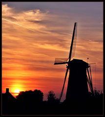 Die Windmühle von Zuidzande im Abendrot