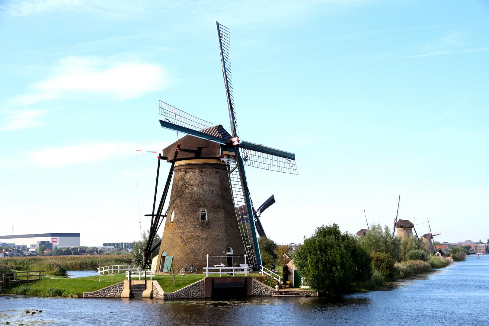 die Windmühlen von Kinderdijk bei noch schönem Wetter