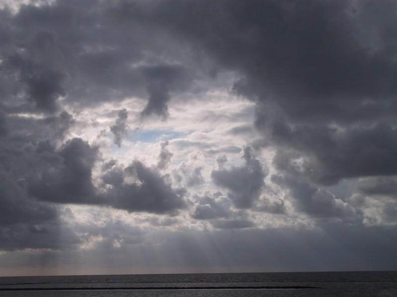 Die Wolken hinterm Deich