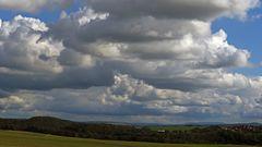"""Die Wolken sind förmlich  """"aufgeschichtet"""" über dem höchsten Gipfel..."""