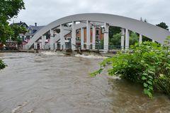 Die Wupperbrücke im Leichlinger Zentrum ...