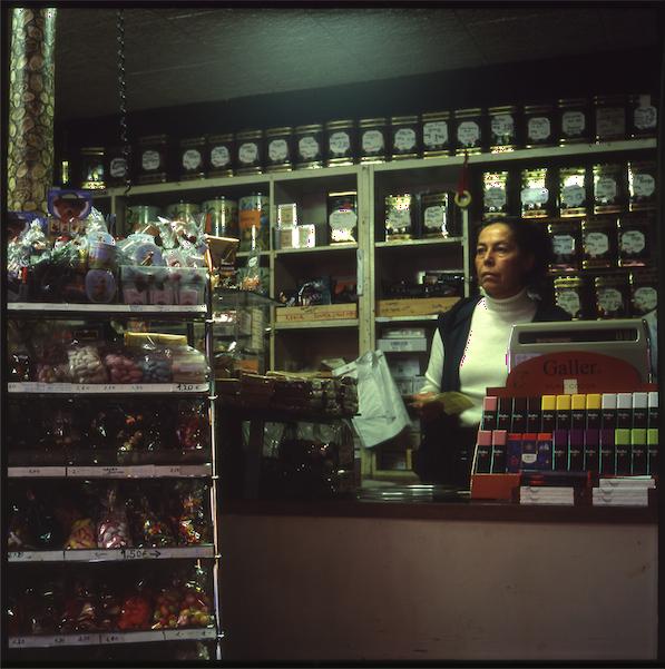 die zartbittere süßwarenverkäuferin