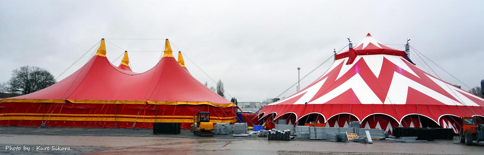 Die Zelte stehen schon einmal.