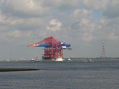 Die ZHEN HUA 20 bringt 6 Containerbrücken aus China nach HH