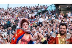 Die Zirkusleute drängen sich durch`s Publikum