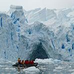 die Zodiac gleiten durch die Eiswelt