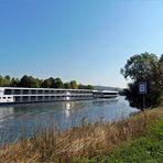 Dienstag -Spiegeltag ....Flusskreuzfahrt-schiff