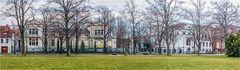 Dienweiße Villa in rechts und das ehemalige Klubhaus der Eisenbahner links von Aschersleben