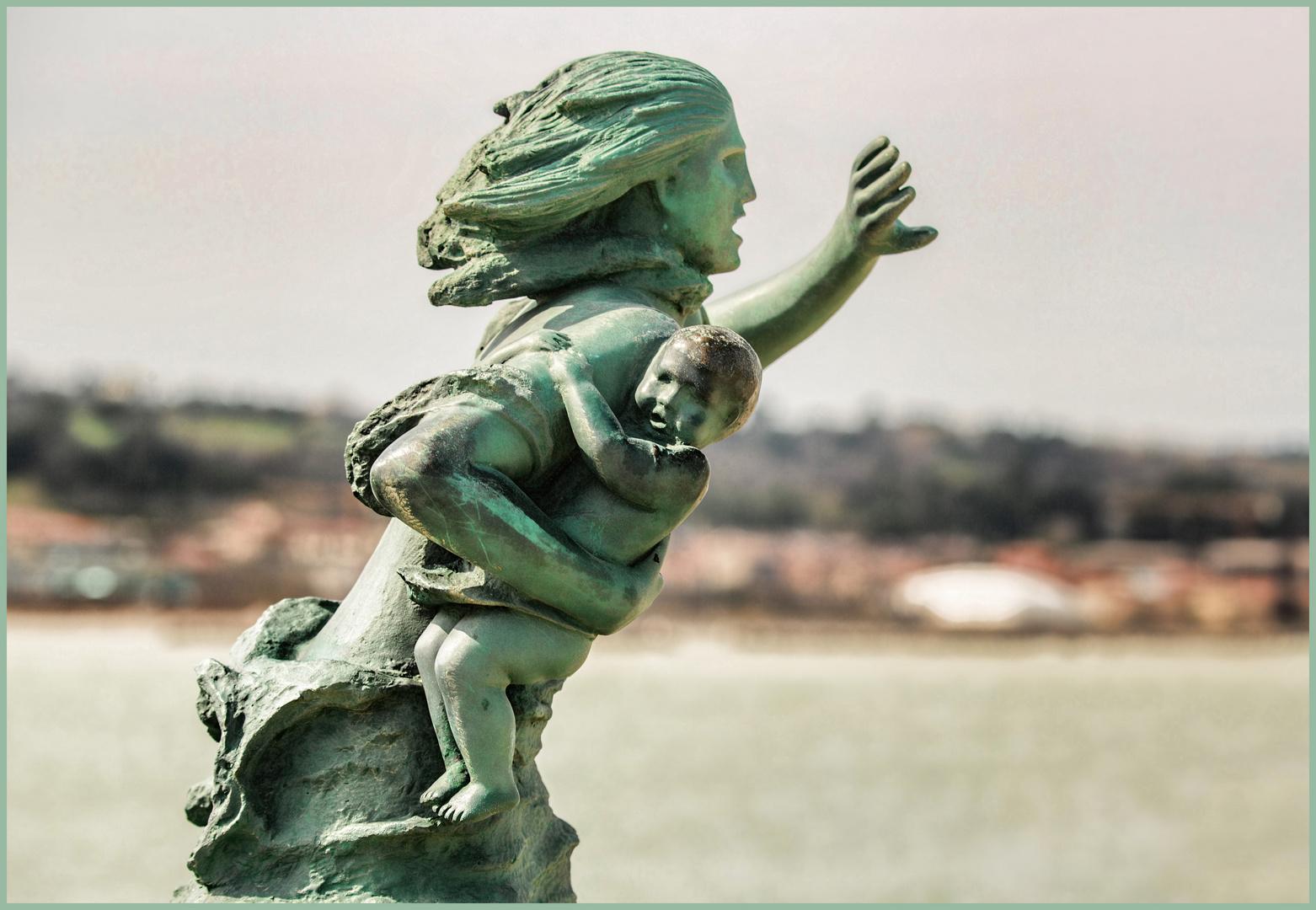 diese Bronze-Statue steht an der Einfahrt zum Fischereihafen