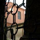 dietro il cancello