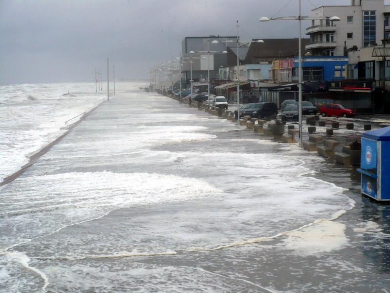 Digue de Malo pendant la tempête en mer
