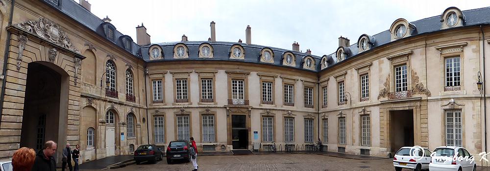 Dijon - Herzoglicher Palast - Innenhof - Panoramaaufnahme mit Kameraprogramm