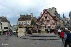 Dijon - im alten Stadtkern - kleiner Markt und Kinderkarussell