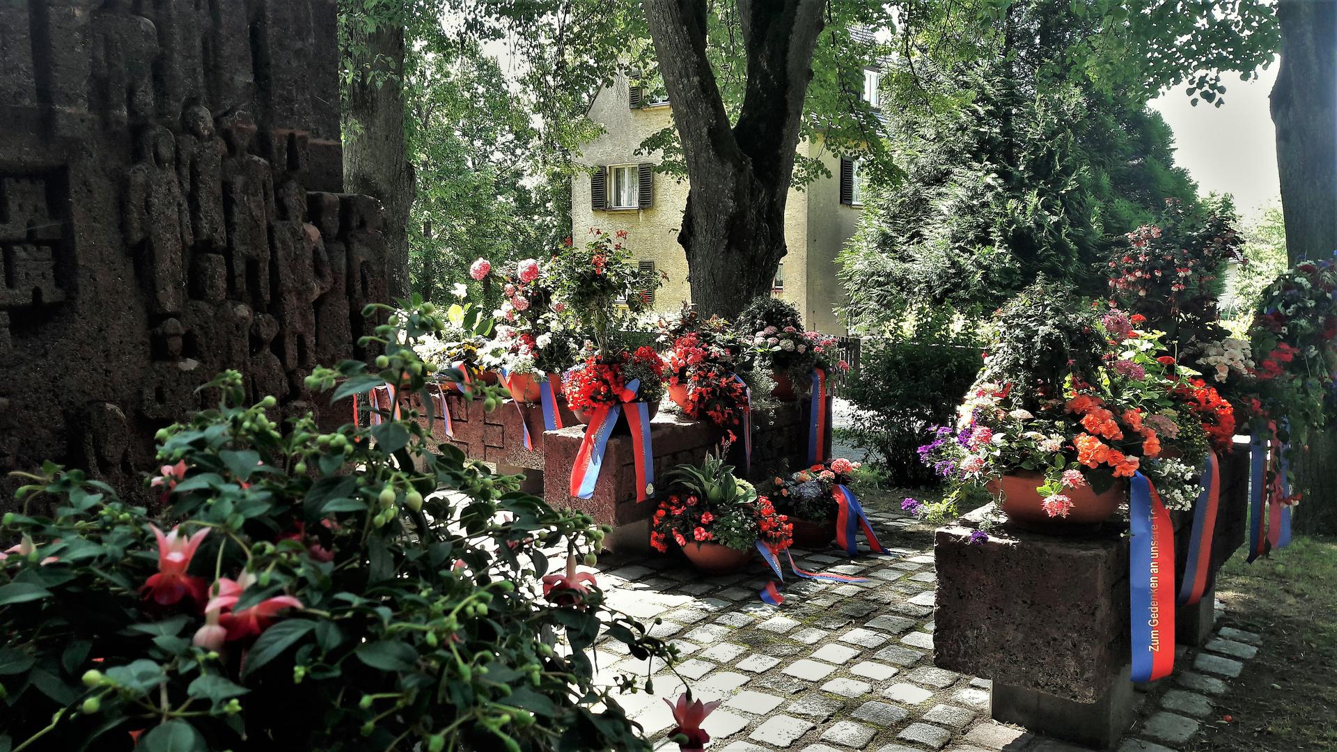 Dinkelsbühl :Blumenpracht  seitlich und dahinter :Heimattage der Siebenbürger Sachsen II