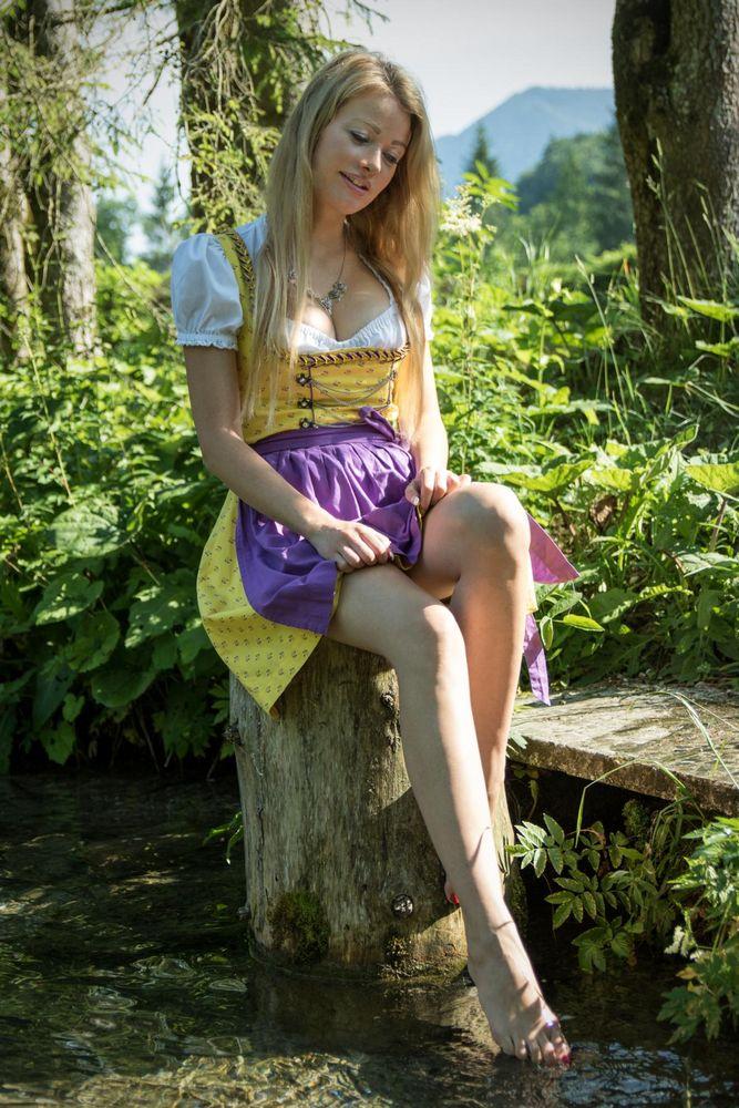 Dirndl - Wasserspiele Foto & Bild   outdoor, blond