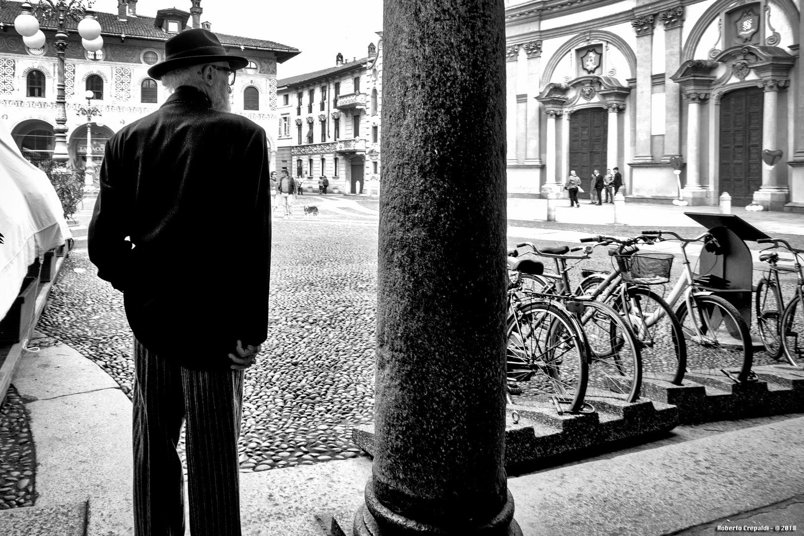 Distinto signore in piazza Ducale, Vigevano