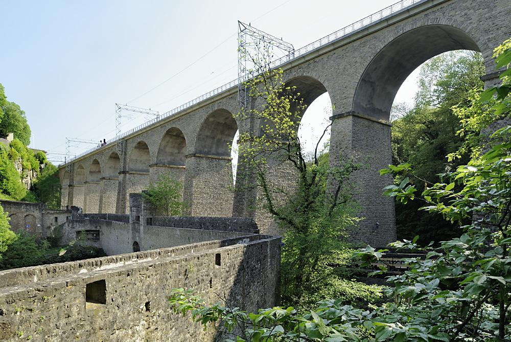 Dokumente: LUXEMBOURG / LUXEMBURG, Stadtteil Grund, Pulvermühleviadukt u. Wenzelsmauer im Alzettetal