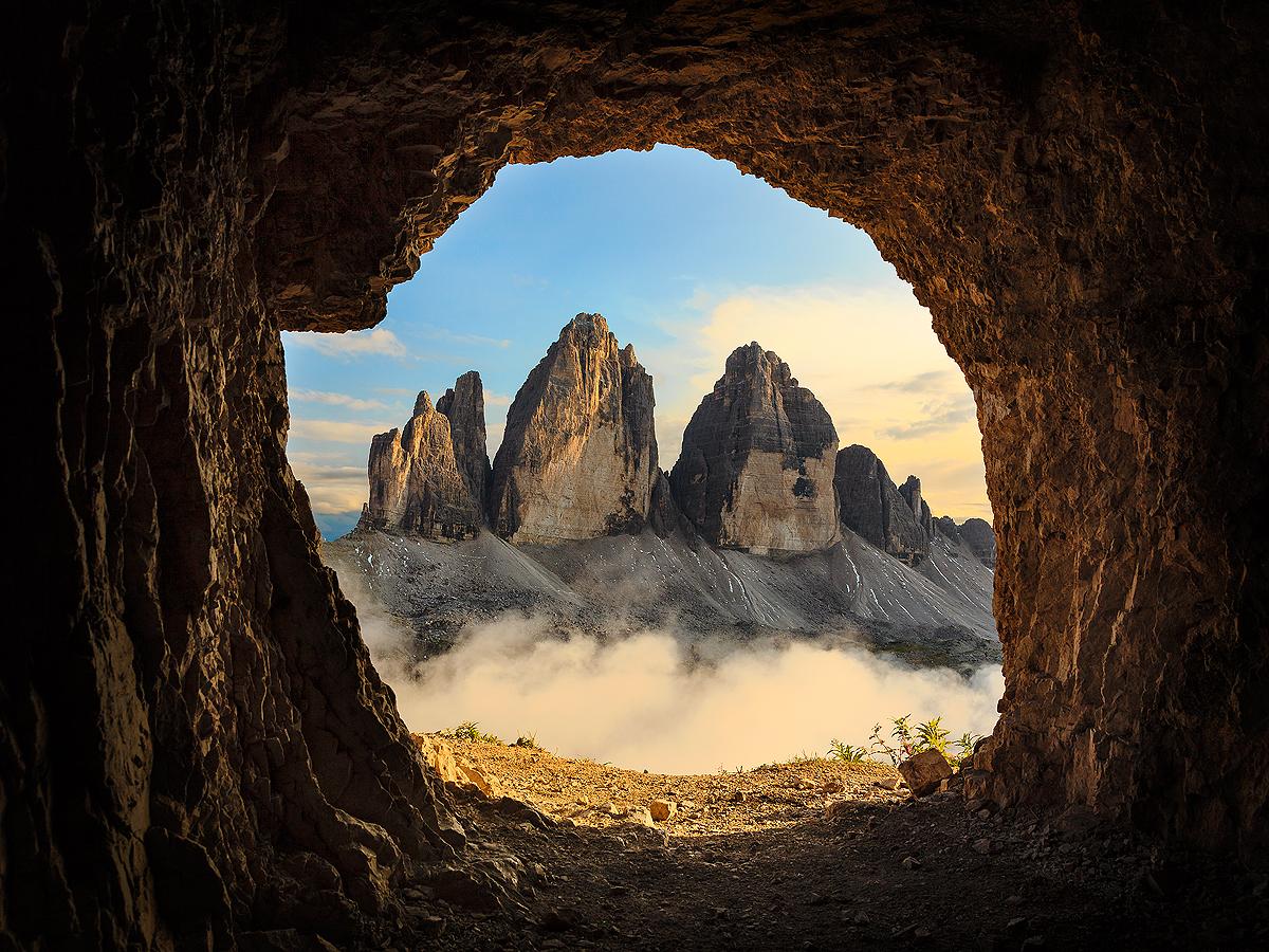 Dolomiten: Drei Zinnen im  Abendlicht aus einer Höhle aus dem 1-ten Weltkrieg