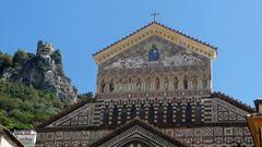 Dom von Amalfi  mit Burgruine Torre dello Ziro im Hintergrund