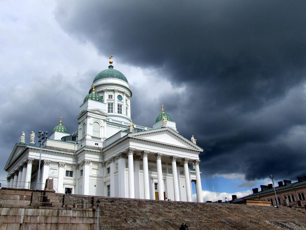 Dom von Helsinki mit Gewitterwolken