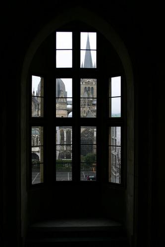 Dom zu Aachen durch ein Rathausfenster fotogfafiert